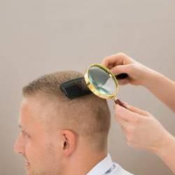 Трихологу на стенку_исследует волосы лысеющего пациента