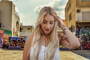 Блондинка в городе