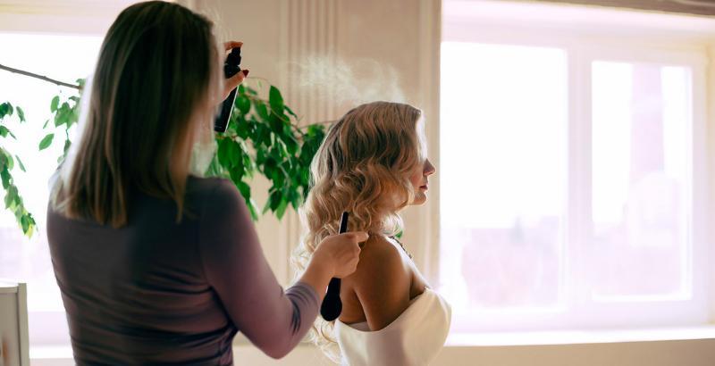 Женщина заливает лаком волосы_1