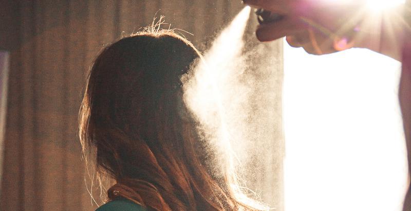 Женщина заливает лаком волосы_2