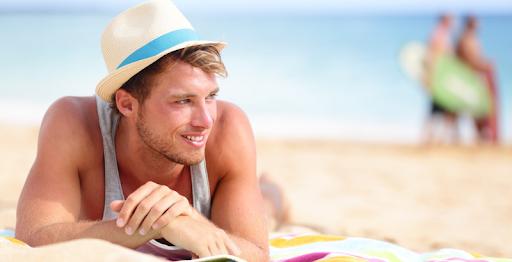 Молодой парень на пляже_8