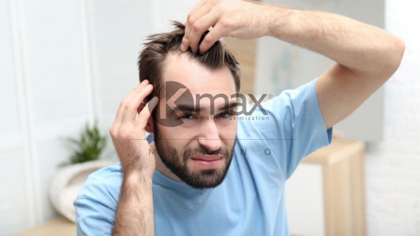 Мужчина оценивает свои волосы _01